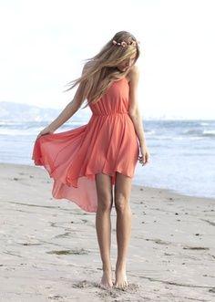 С чем носить коралловое платье?