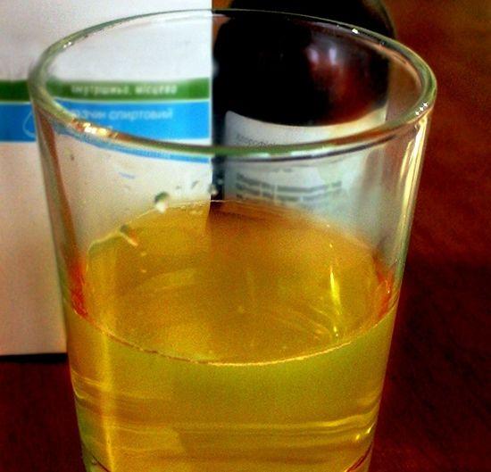 Раствор на основе этилового спирта или воды, выпускающийся в маленьких флаконах темного стекла