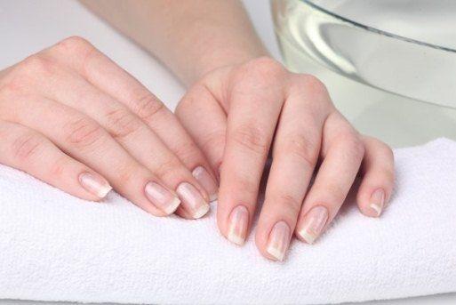 Белые точки на ногтях: причины появления