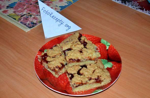 Печенье с вареньем и тертым тестом сверху мороженного теста кудряшки
