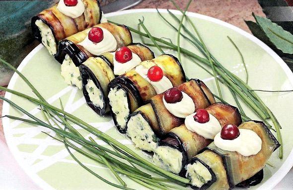 Рулетики из баклажанов с сыром и чесноком рецепт с фото Закуску можно подавать как холодной